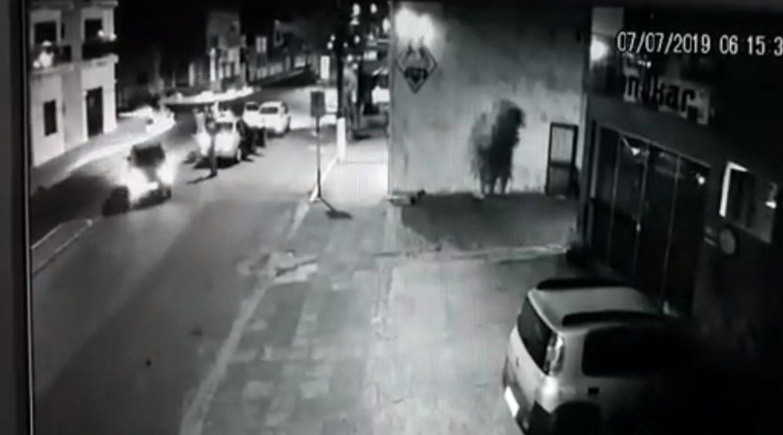 Vídeo: Policial reage a facadas e mata homem em Santiago