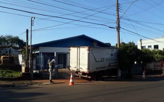 Caminhão desgovernado e atinge muro de residência em Horizontina