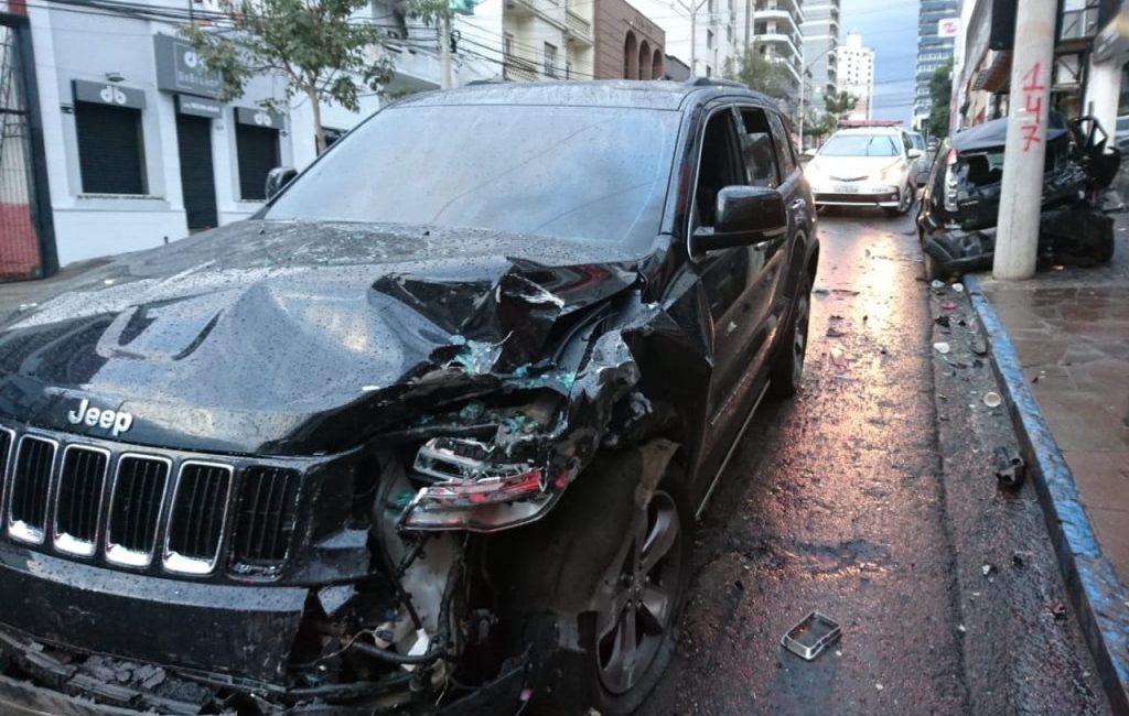 Motorista bêbado atropela pedestres e bate em quatro veículos no centro de Passo Fundo