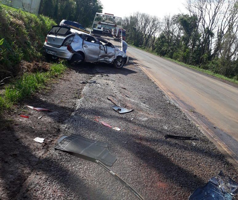 Três pessoas ficam feridas após veículo aquaplanar na BR 386