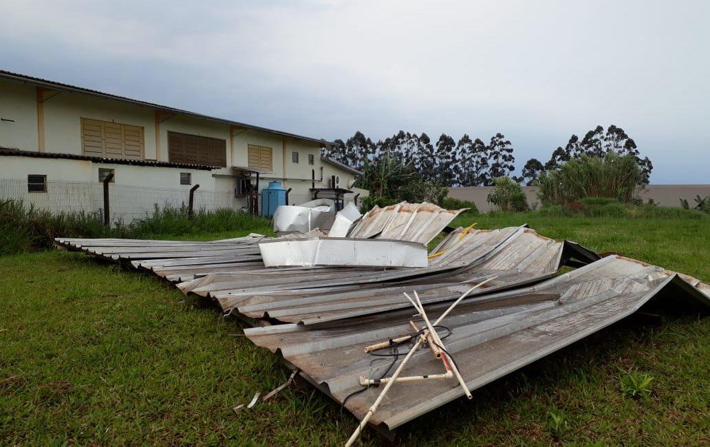 Rajada de vento arranca parte de telhado de empresa em Três Passos