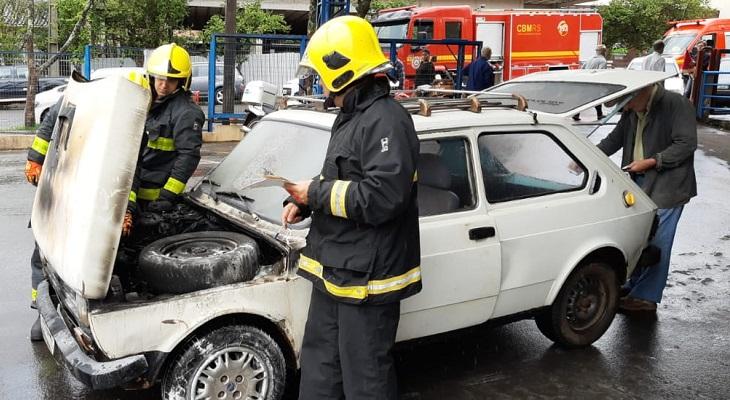 Veículo pega fogo no estacionamento do Supermercado Kuchak, no centro de Ijuí