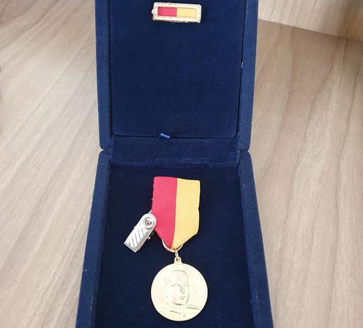 Comandante do 7º BPM recebe medalha durante a Comemoração dos 182 anos da Brigada Militar em Porto Alegre