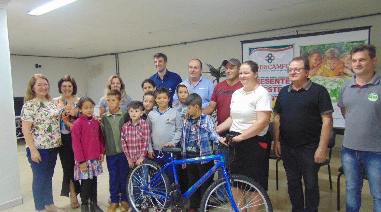 """Redentora: Projeto """"Meu herói, o agricultor"""" premia estudante com bicicleta"""