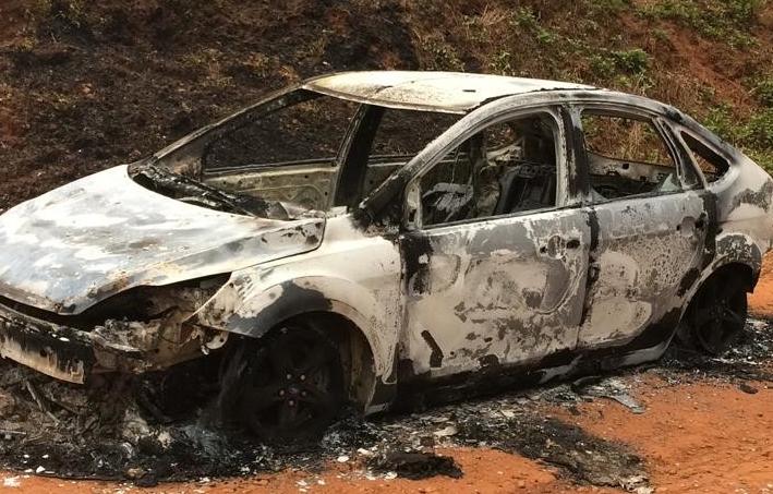 Bandidos assaltam casal e colocam fogo no carro das vítimas em Marau