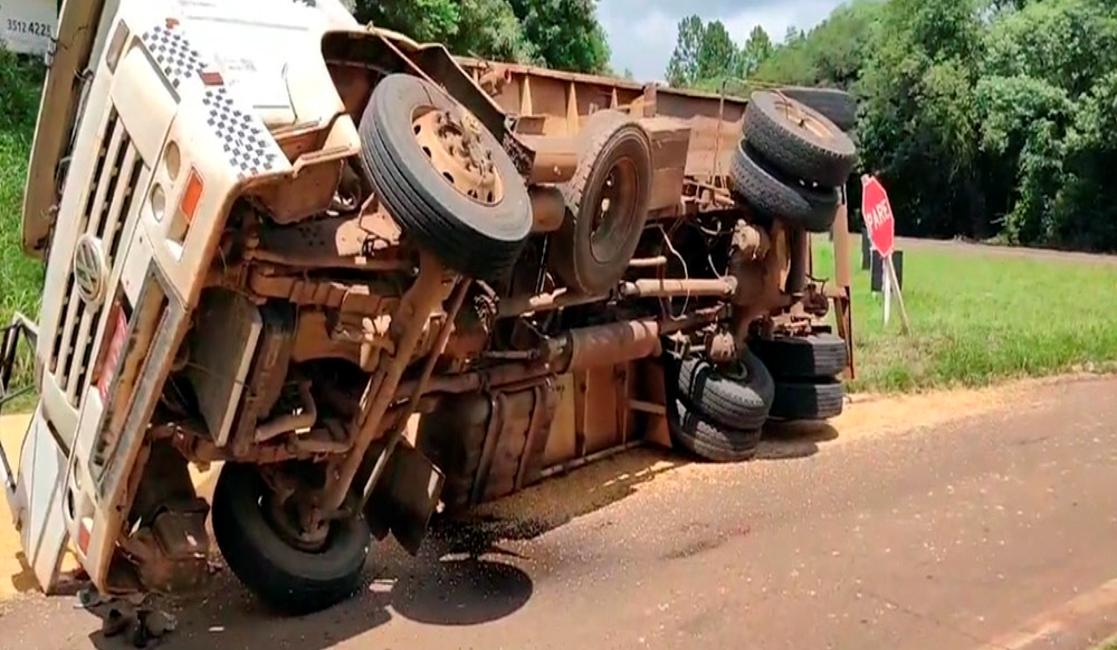 Caminhão tomba no trevo de acesso a Tuparendi, em Santa Rosa