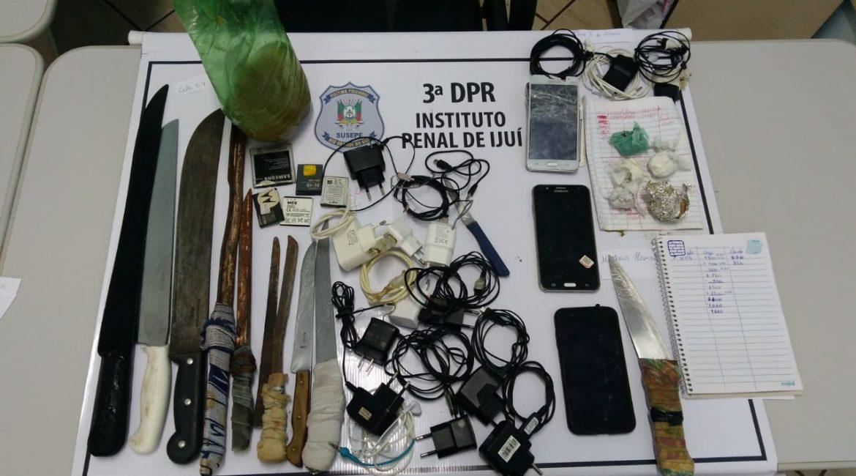 Agentes penitenciários retiram facas e drogas do semiaberto em Ijuí