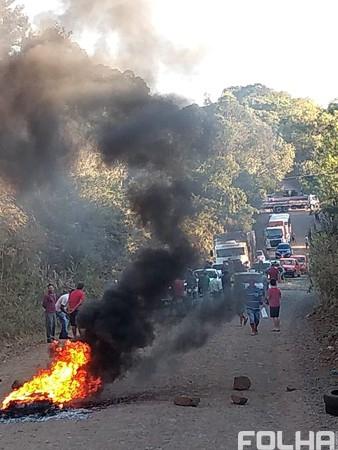 Moradores trancam RS-528 em Palmitinho