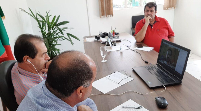 Presidente e Vice da Amuceleiro participam neste momento de reunião com o Governador
