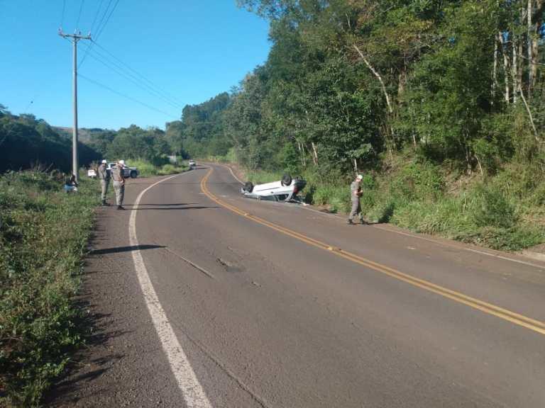 Carro capota na rodovia Tenente Portela – Palmitinho (RSC-472) – Condutora escapa ilesa