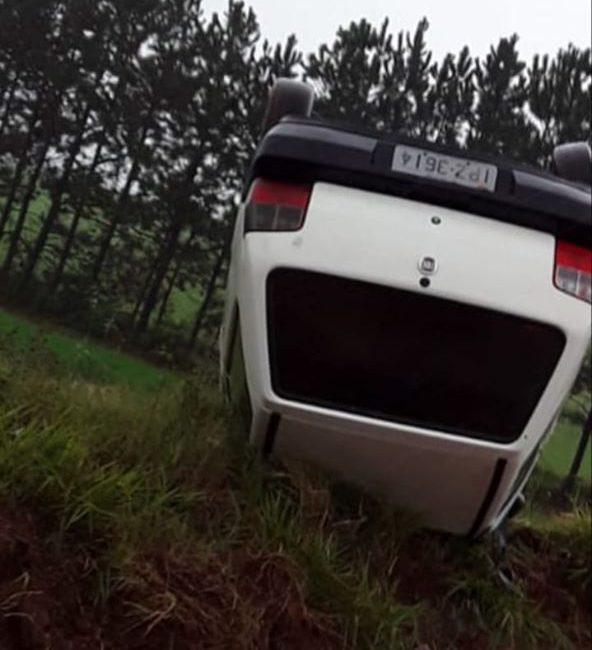 Coronel Bicaco: Veículo capota em estrada no interior do município