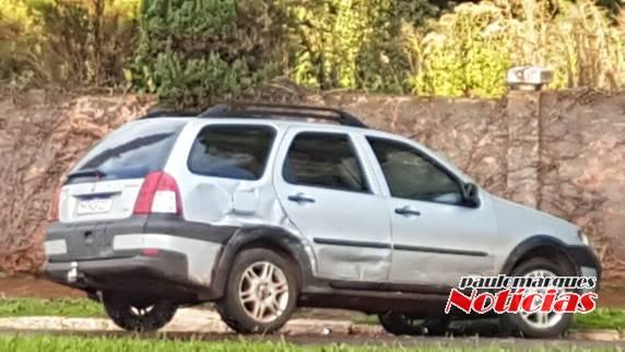 Motorista foge após bater com carro que conduzia em veículo estacionado no Centro de Três de Maio
