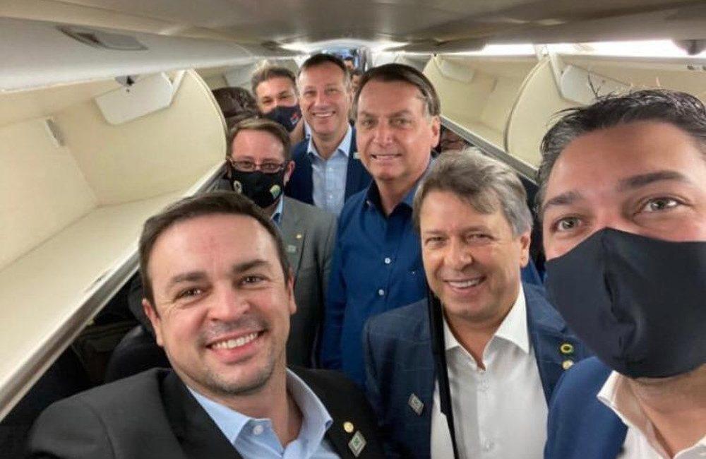Bolsonaro chega ao RS para inaugurar condomínios de apartamentos populares