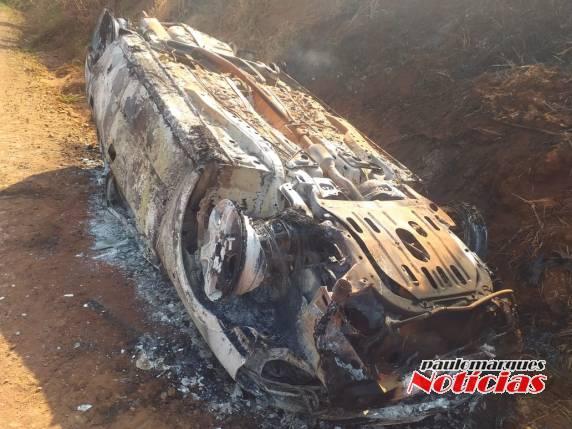 Veículo capota e amanhece incendiado no interior de Três de Maio