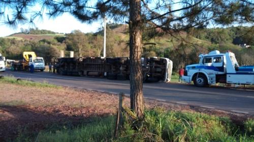 Caminhão tomba e atinge caminhonete na RSC 472 entre Boa Vista do Buricá e Nova Candelária