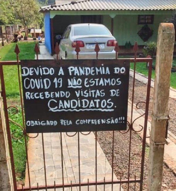 Cartaz de moradora proibindo visitas de políticos chama atenção em Tiradentes do Sul